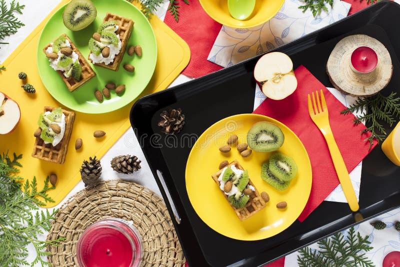 Gesunde Nahrung Draufsichtdekorationsfeiertagshintergrund Flache Lage Frühstücken Sie mit Waffeln, Kiwi, Mandel, Weichkäse, Apfel lizenzfreie stockfotografie