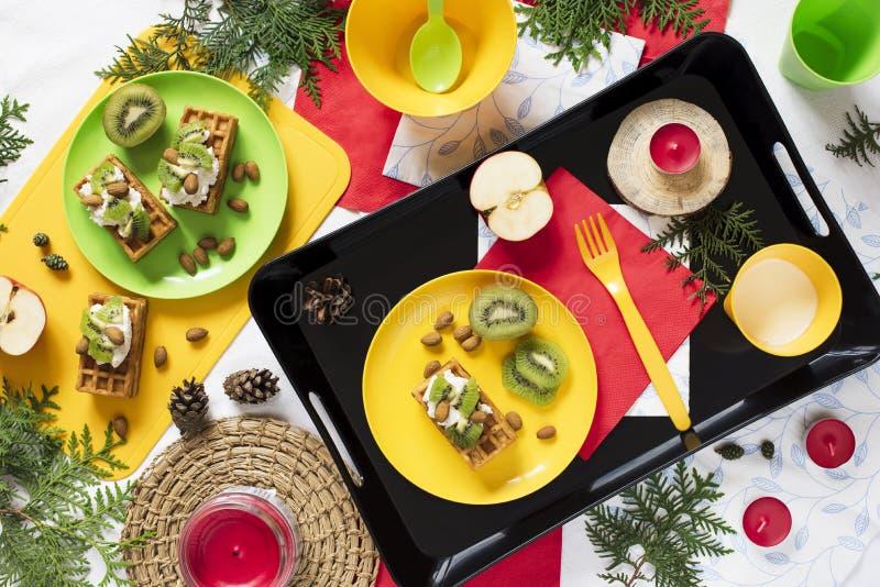 Gesunde Nahrung Draufsichtdekorationsfeiertagshintergrund Flache Lage Frühstücken Sie mit Waffeln, Kiwi, Mandel, Weichkäse, Apfel lizenzfreies stockbild