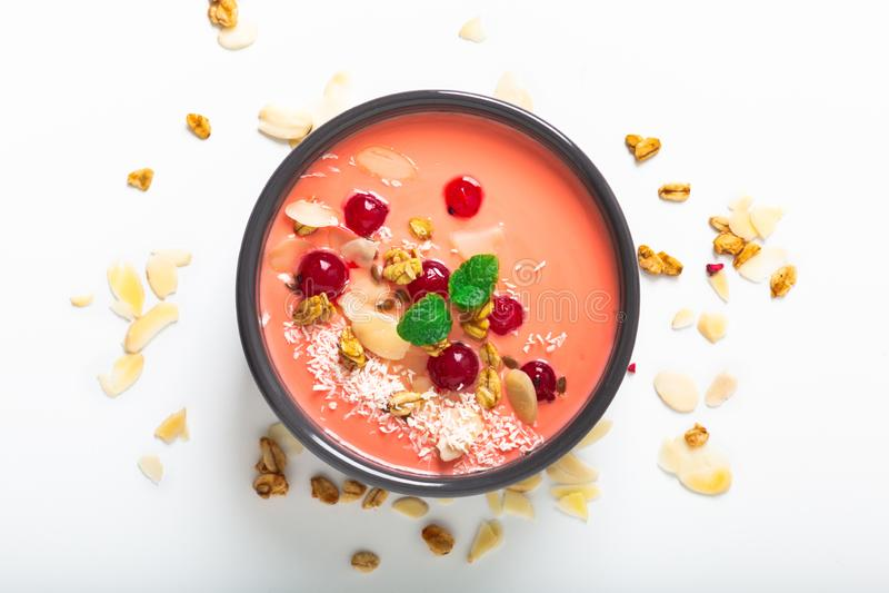 Gesunde Nahrung durch Farbe der lebenden korallenroten Frühstücks-Schüssel des Jogurt-2019 mit Kokosnuss, Mandel, Leinsamen, Gran stockbild