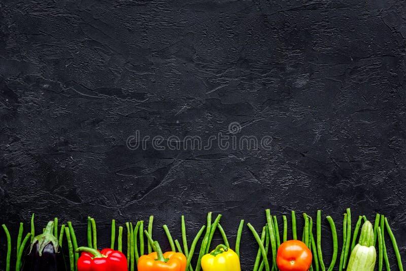 Gesunde Nahrung Frischgemüse auf schwarzem copyspace Draufsicht des Hintergrundes lizenzfreies stockbild
