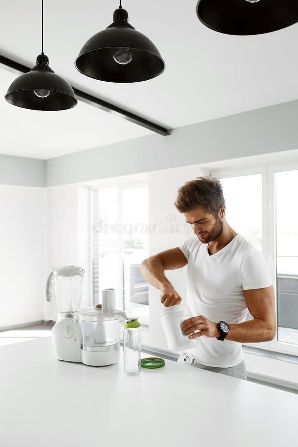 Gesunde Nahrung Mann, der Proteindrink vorbereitet Lebensmittelergänzungen stockbilder