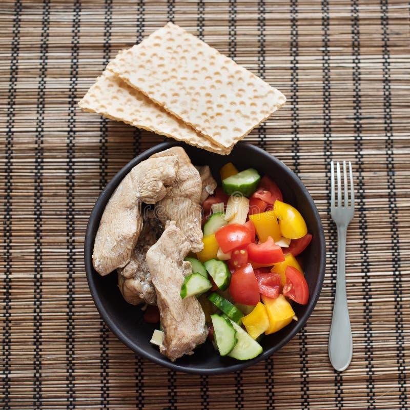 Gesunde Nahrung, Mittagessen mit der Hühnerbrust und Gemüse: Gemüsepaprikas, Tomaten und Gurken mit Maisbrot stockbilder