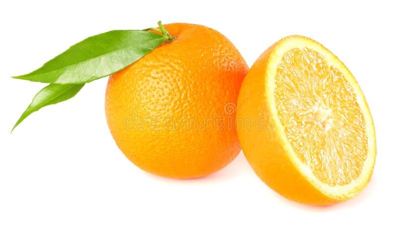 Gesunde Nahrung Orange mit dem grünen Blatt lokalisiert auf weißem Hintergrund lizenzfreies stockbild