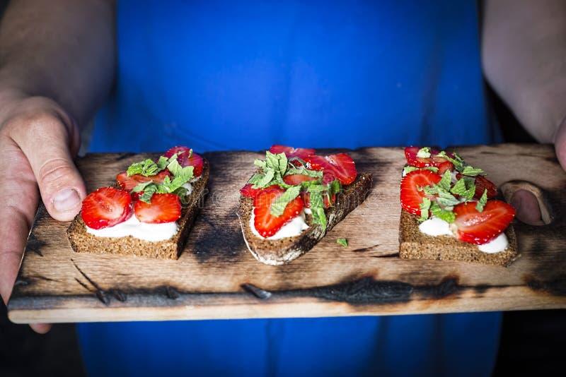 Gesunde Nahrung, Sandwiche, Creme, Erdbeeren, Abschluss oben lizenzfreies stockbild