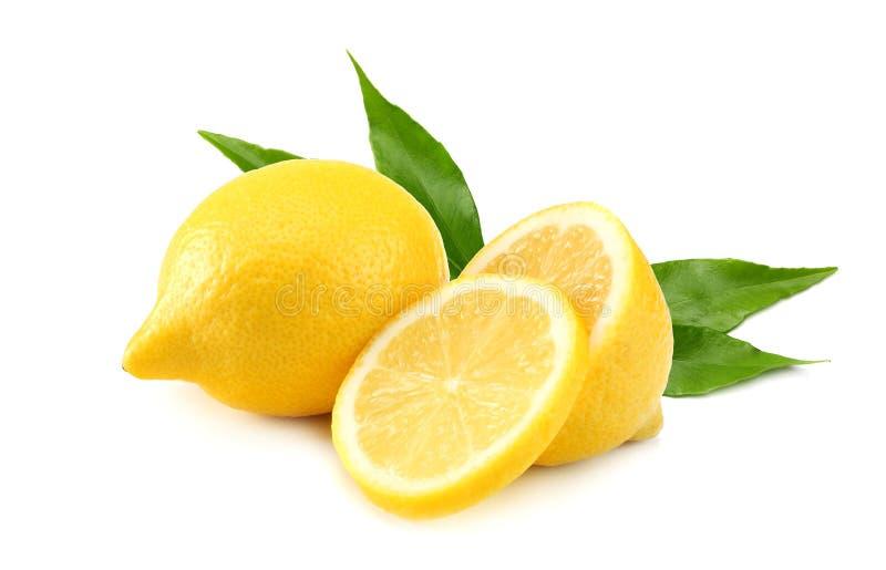 Gesunde Nahrung Zitrone mit den Scheiben und grünem Blatt lokalisiert auf weißem Hintergrund lizenzfreies stockbild