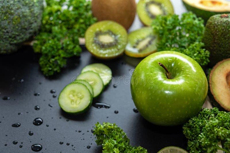Gesunde Nahrungsmittel Organisches und frisches gr?nes Gem?se f?r Detox, Di?t und Gewichtsverlust auf dem alten h?lzernen stockfotos