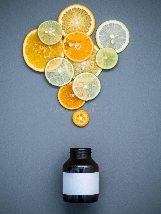 Gesunde Nahrungsmittel und Medizinkonzept Flasche Vitamin C und vari lizenzfreies stockfoto