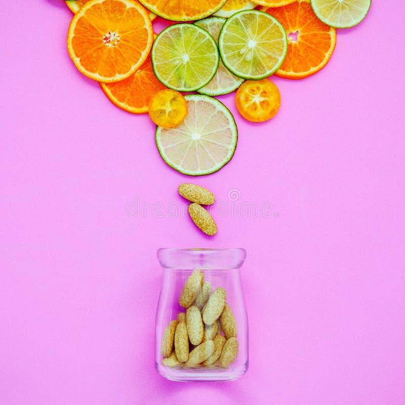 Gesunde Nahrungsmittel und Medizinkonzept Flasche Vitamin C und vari lizenzfreie stockbilder