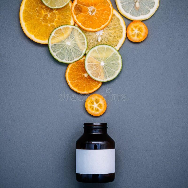 Gesunde Nahrungsmittel und Medizinkonzept Flasche Vitamin C und vari stockfotografie