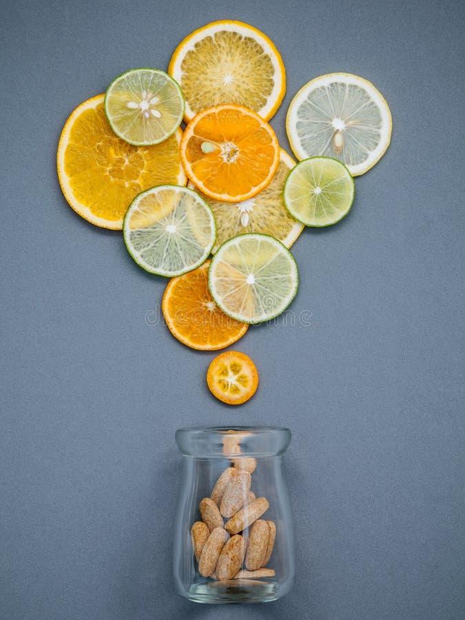 Gesunde Nahrungsmittel und Medizinkonzept Flasche Vitamin C und vari lizenzfreie stockfotografie