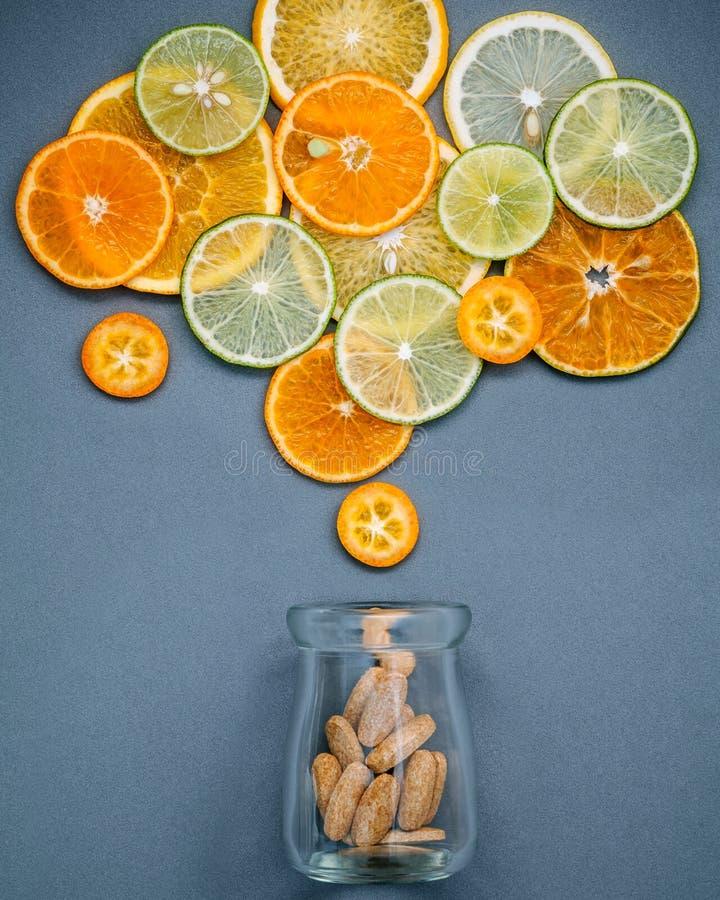 Gesunde Nahrungsmittel und Medizinkonzept Flasche Vitamin C und vari stockfoto