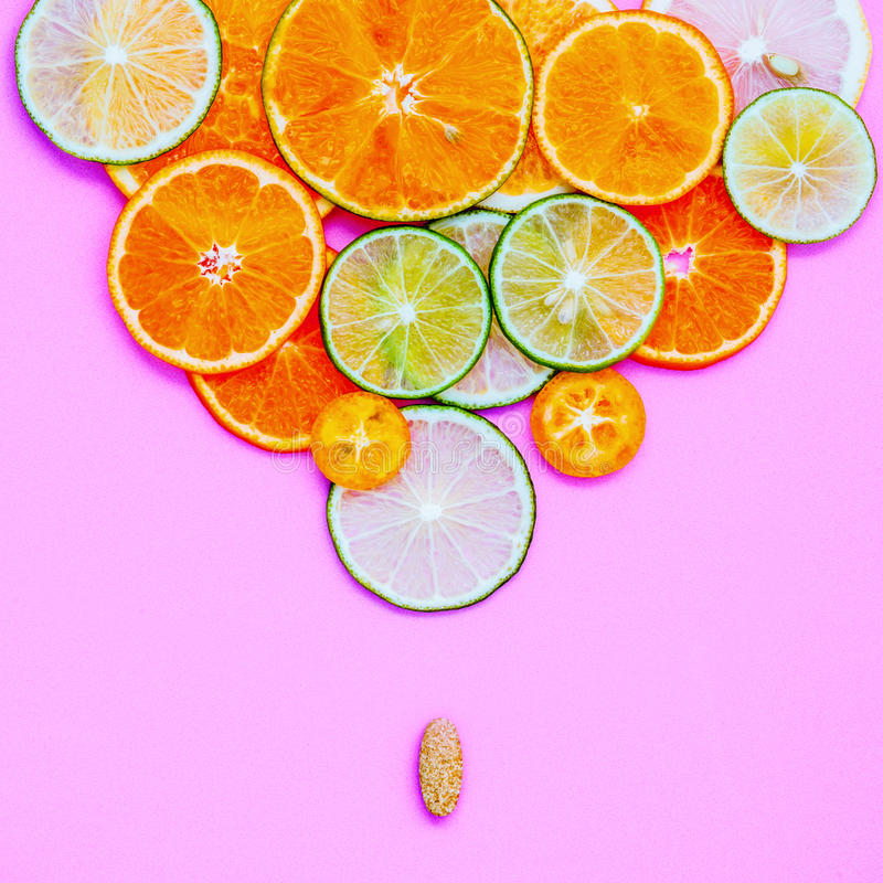 Gesunde Nahrungsmittel und Medizinkonzept Pille des Vitamins C und des variou stockfotografie