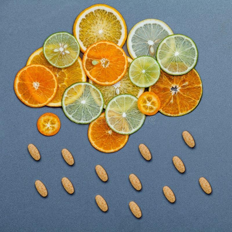 Gesunde Nahrungsmittel und Medizinkonzept Pillen des Vitamins C stockbilder