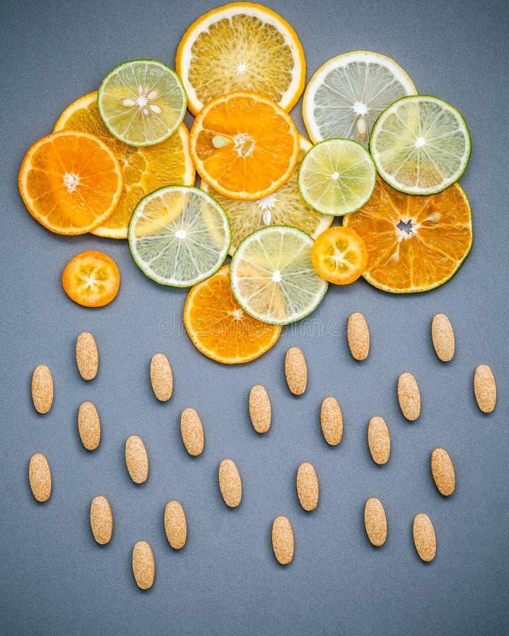 Gesunde Nahrungsmittel und Medizinkonzept Pillen des Vitamins C und des vario lizenzfreie stockfotografie