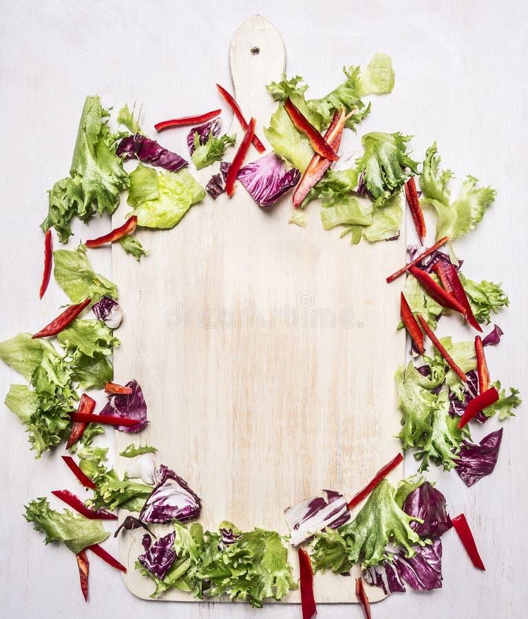 Gesunde Nahrungsmittel, vegetarische Salatmischung, verpackter Kreis um die Draufsicht des hölzernen rustikalen Hintergrundes des lizenzfreie stockfotografie