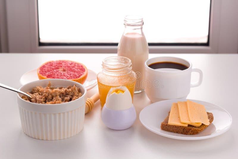 Gesunde Nahrungsmittel zum Frühstück lizenzfreie stockfotografie