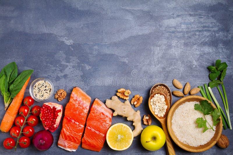Gesunde Nahrungsmittelsaubere Essenauswahl: Lachsfische, Früchte, Gemüse, Getreide lizenzfreie stockfotos