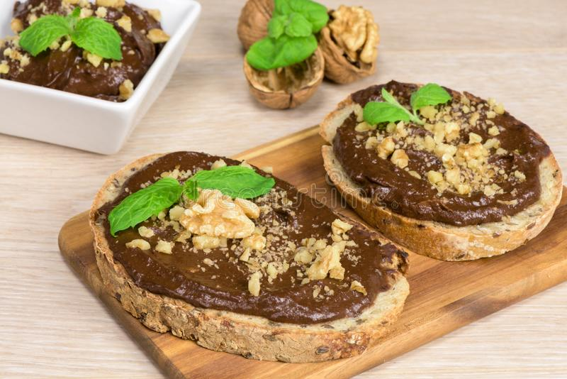Gesunde paleo Diät - Schokoladencreme mit Avocado stockbilder
