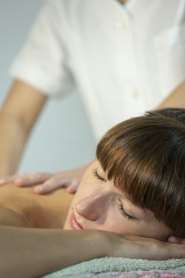 Gesunde rückseitige Massage lizenzfreie stockfotografie