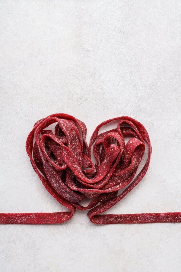 Gesunde Rote-Bete-Wurzeln Teigwaren für ein romantisches Valentinstagabendessen lizenzfreies stockbild