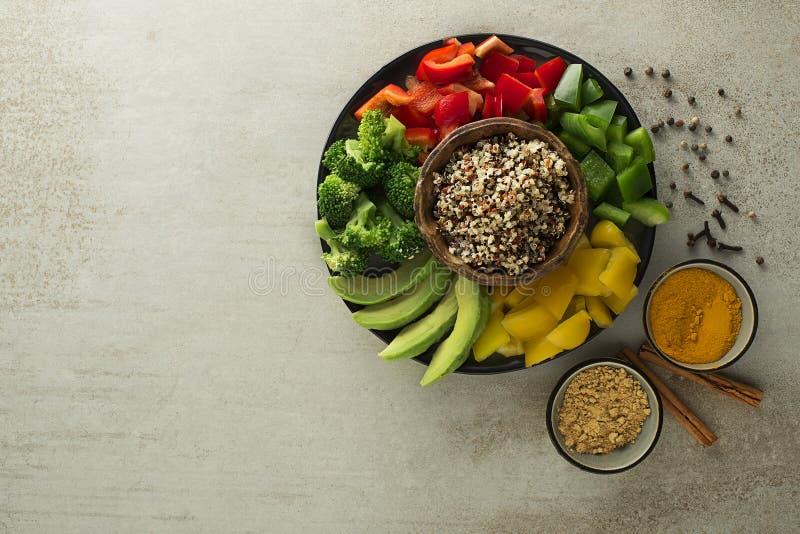 Gesunde Salatschüssel mit Gemüse und Quinoa lizenzfreies stockfoto