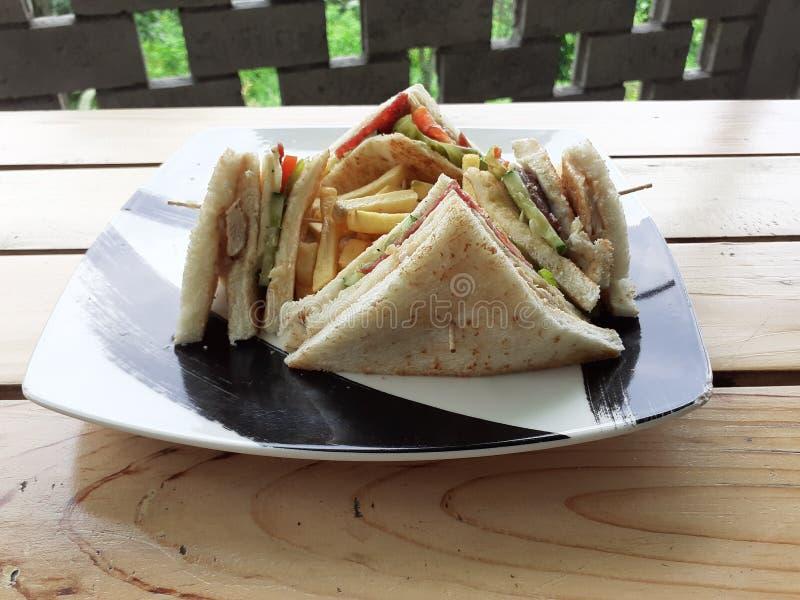 Gesunde Sandwiche auf Holztisch in einem modernen Restaurant mit weißem lokalisiertem Hintergrund 02 stockfoto