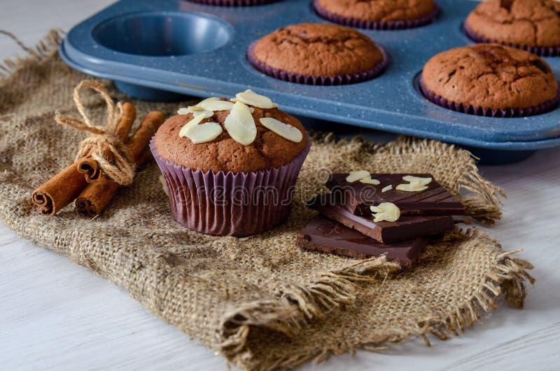 Gesunde Schokoladensplittermuffins mit Serviette auf Backblech lizenzfreie stockfotos