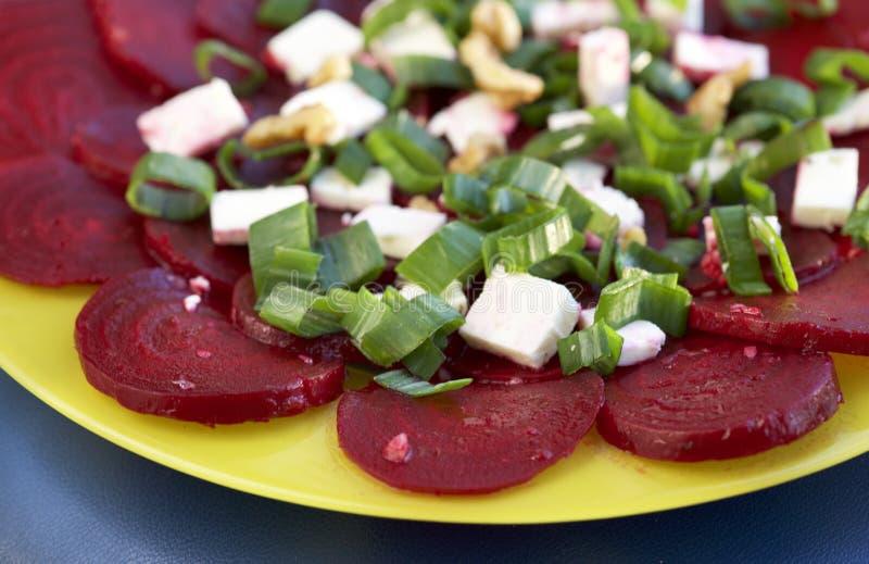 Gesunde selbst gemachte gebratene Rote-Bete-Wurzeln essfertig in der gelben Platte, Abschluss oben Rote-Bete-Wurzeln Mahlzeit Fri stockbild