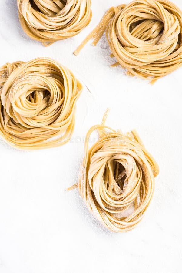 Gesunde selbst gemachte italienische Teigwaren, ungekocht auf Tabelle lizenzfreie stockbilder
