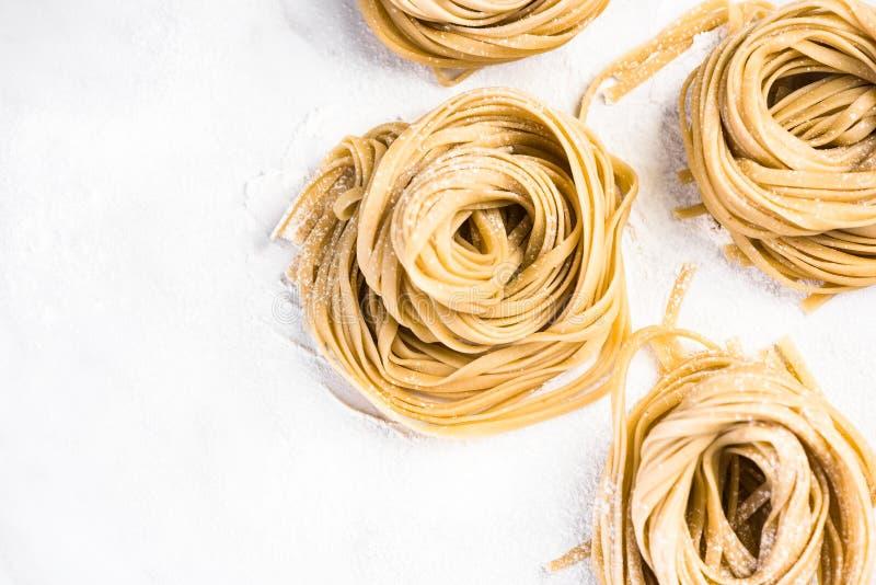 Gesunde selbst gemachte italienische Teigwaren, ungekocht auf Tabelle stockbilder