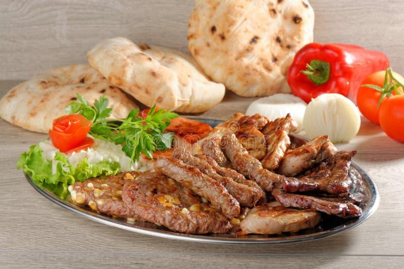 Gesunde Servierplatte des Mischfleisches, Balkan-Lebensmittel stockfotos