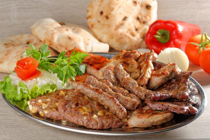 Gesunde Servierplatte des Mischfleisches/des Balkan-Lebensmittels lizenzfreie stockbilder