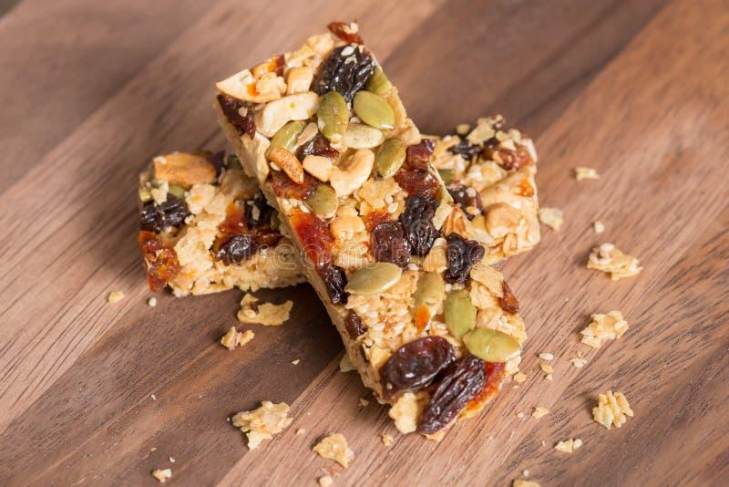 Gesunde Snack-, Getreidemüsliriegel mit Nüssen und Trockenfrüchte lizenzfreies stockbild