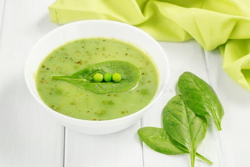 Gesunde Suppe des Nahrungsmittelstrengen vegetariers mit Spargel und Spinat und grüne Erbsen lizenzfreie stockfotos