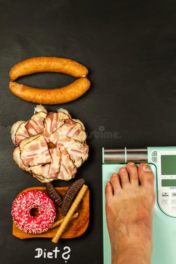 Gesunde und ungesunde Nahrung Korpulenz-Konzept Modernes digitales Gewicht und Speck Gewichtskontrolle auf Di?t stockbild