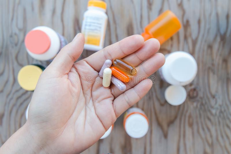 Gesunde Vitamin upplement Kapseln stockbild