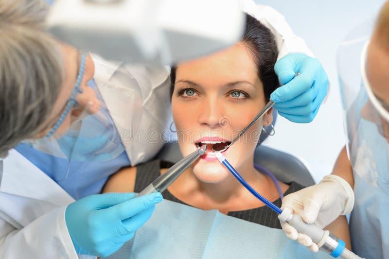 Gesunde Zähne geduldig im Zahnarztbüro lizenzfreie stockfotografie