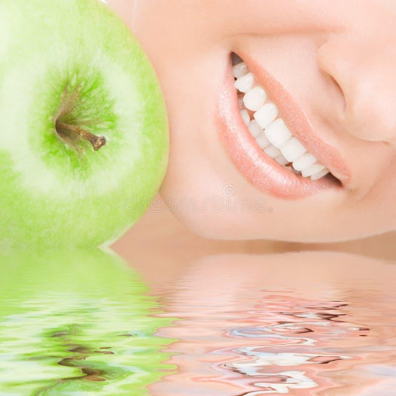 Gesunde Zähne und Apfel lizenzfreie stockfotos