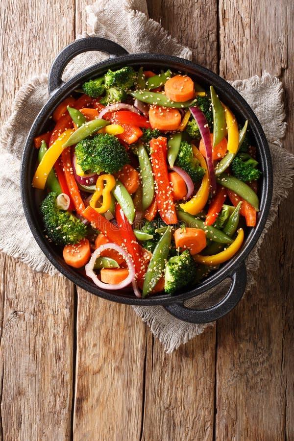 Gesunder asiatischer Nahrungsmittelaufruhrfischrogen des Gemüses mit Nahaufnahme des indischen Sesams in einer Schüssel, vertik stockbilder