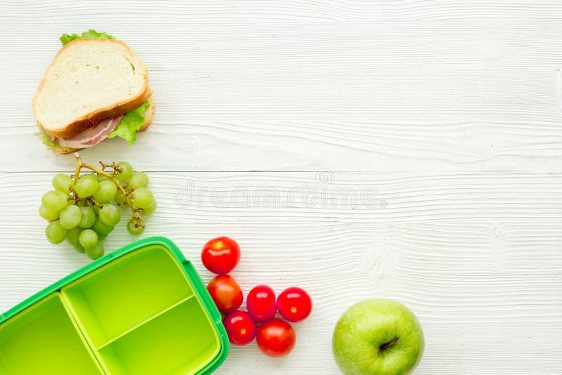 Gesunder Bruch mit Apfel, Traube und Sandwich im Lunchbox auf Haupttabellenebene legen Modell stockfoto