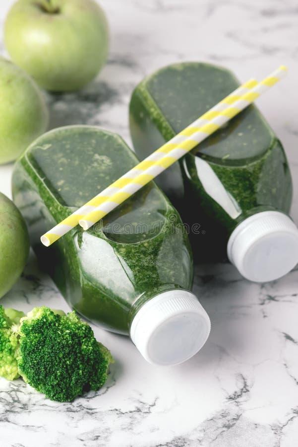 Gesunder Detox-Grün Smoothie mit grünen Äpfeln und reifem Brokkoli in der Flaschen-gesunde Diät-Nahrungsmittelgetränk-Vertikale ü lizenzfreies stockfoto