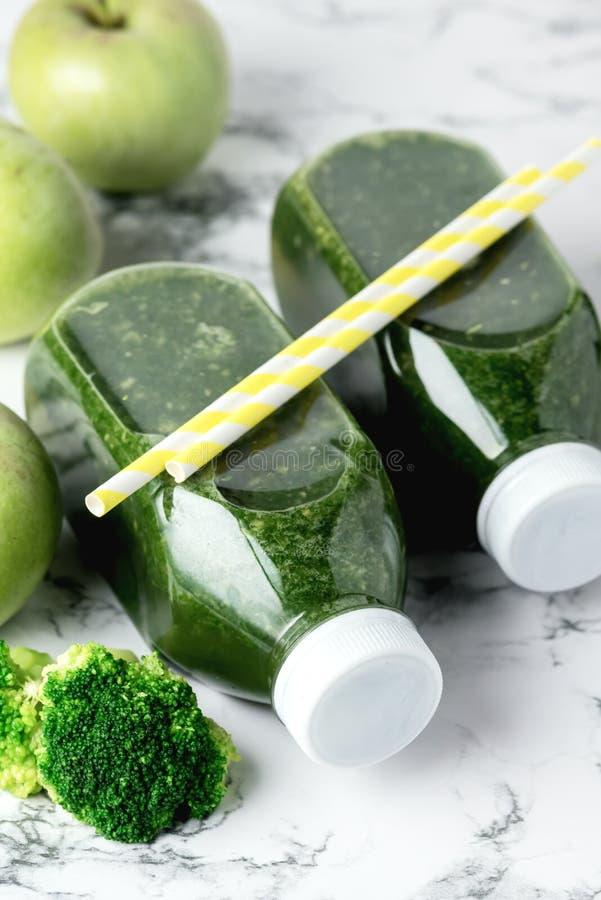 Gesunder Detox-Grün Smoothie mit grünen Äpfeln und reifem Brokkoli Flaschen-gesunde Diät-Nahrungsmittelgetränk-im vertikalen Kopi stockbild