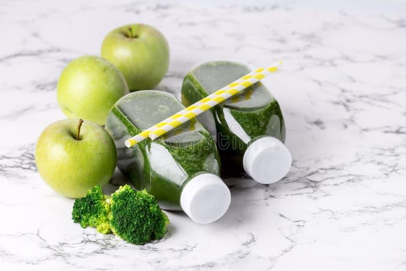Gesunder Detox-Grün Smoothie mit grünen Äpfeln und reifem Brokkoli im Flaschen-gesunde Diät-Nahrungsmittelgetränk über Kopien-Rau lizenzfreies stockfoto