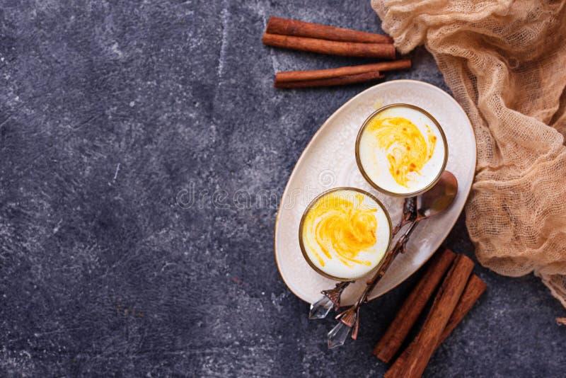 Gesunder Detoxgelbwurz Latte Goldene Milch stockbilder