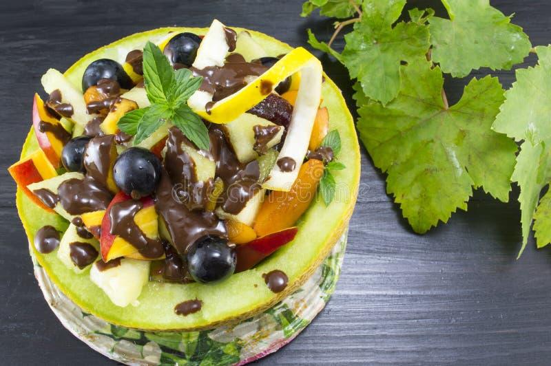 Gesunder einzigartiger Obstsalat diente mit Schokolade in einem neuen Mel lizenzfreie stockbilder