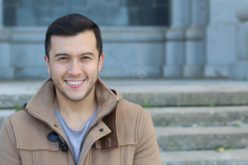 Gesunder ethnischer Kerl mit einem herrlichen Lächeln lizenzfreie stockbilder