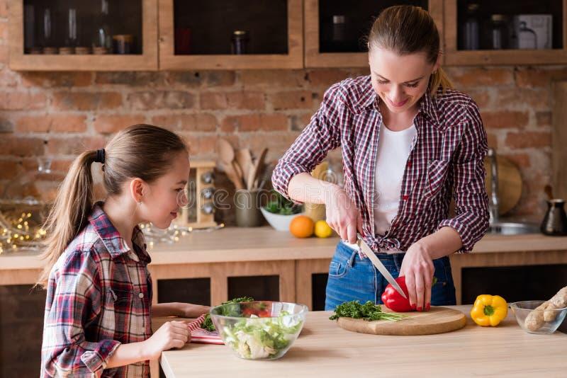 Gesunder Familienessenlebensstil, der Salat zubereitet lizenzfreie stockbilder