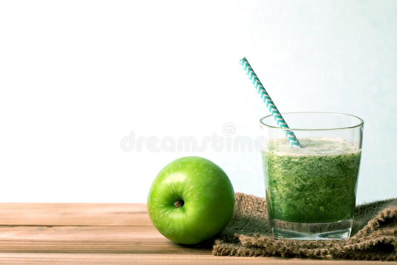 Gesunder frischer grüner Smoothiesaft in der Glasflasche auf Holz stockfoto