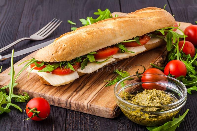 Gesunder gegrillter Basil Mozzarella Caprese Panini Sandwich stockbild