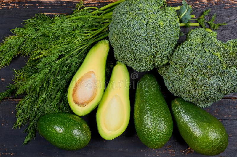 Gesunder grüne Nahrungsmittelhintergrund mit rohen Bestandteilen für Veggiesalat oder Diätteller Organisches Gemüse: Avocados, Di stockfoto